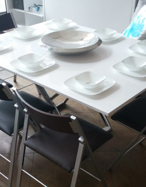 Expand-table-with-set-up-for-8-seats-around-table