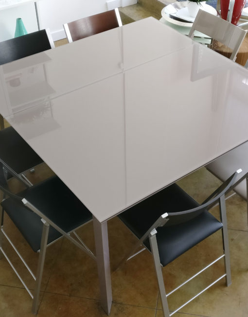 The-Frame-Table-in-grey-glass-that-changes-from-Square-to-rectangle-shape